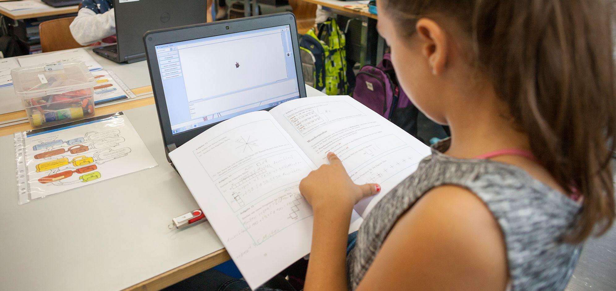 Zur Umsetzung des Konzeptes wurden Arbeitshefte sowie die Programmierumgebung xLogo4Schools entwickelt.